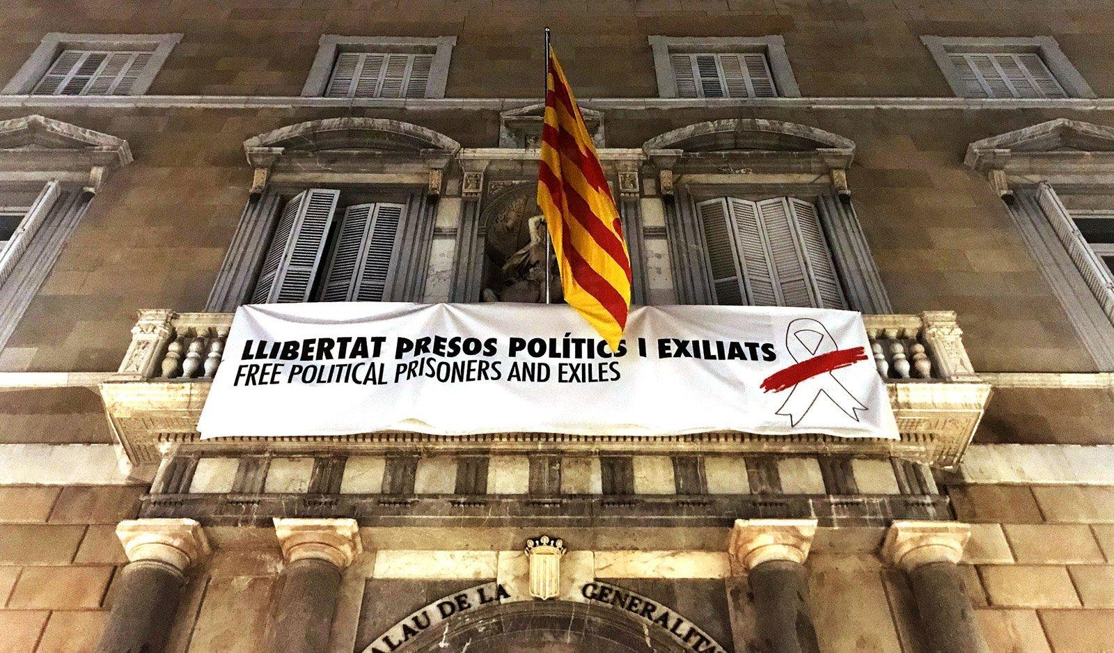 Pancarta alternativa, sense llaç groc, que posteriorment va ser canviada de nou després de la prohibició de la Junta Electoral © Xavier Jubierre