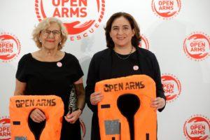 Les alcaldesses de Madrid, Manuela Carmena i de Barcelona, Ada Colau, en una gala d'Open Arms el 2018. © Juanjo Martín Efe