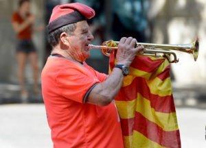 Un home toca Els Segadors davant el momunment de Rafael de Casanovas a la Diada del 2018. © Xavier Jubierre