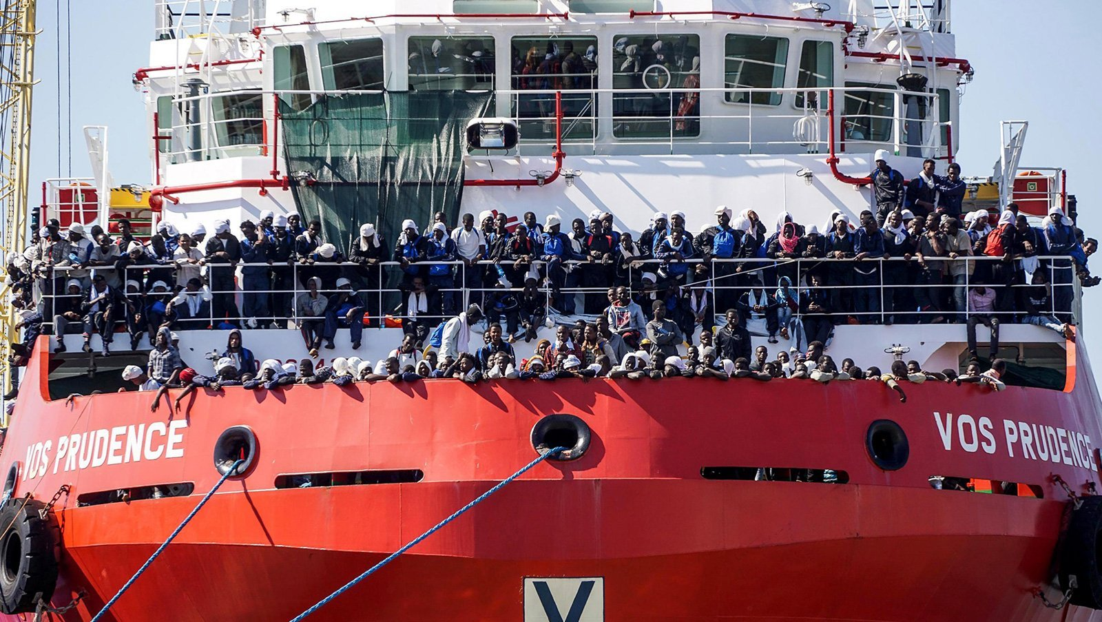 Un vaixell de rescat amb 1449 immigrants arriba al port de Nàpols el 2017. © Cesare Abbate/EFE