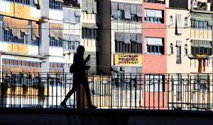 Les façanes sobre el riu Onyar amb una pancarta a favor de l'alliberament del presos. Fotografia de Xavier Jubierre.