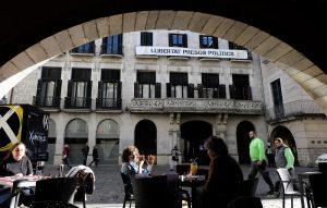Pancarta per la llibertat dels presos al balcó de l'ajuntament de Girona a la plaça del Vi. Fotografia de Xavier Jubierre