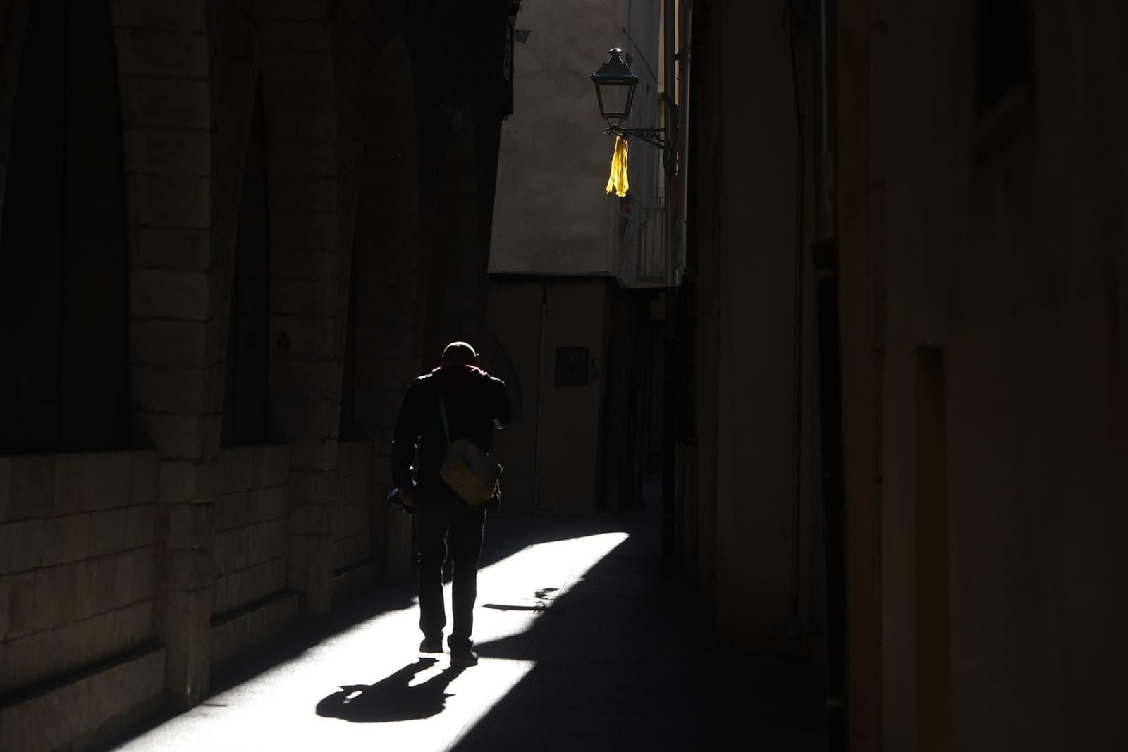 Un llaç groc en un fanal d'un carrer del barri Vell de Girona. © Xavier Jubierre