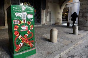 Una paperera plena de pintades al carrer de les Peixateries velles, al barri Vell de Girona. Fotografia de Xavier Jubierre