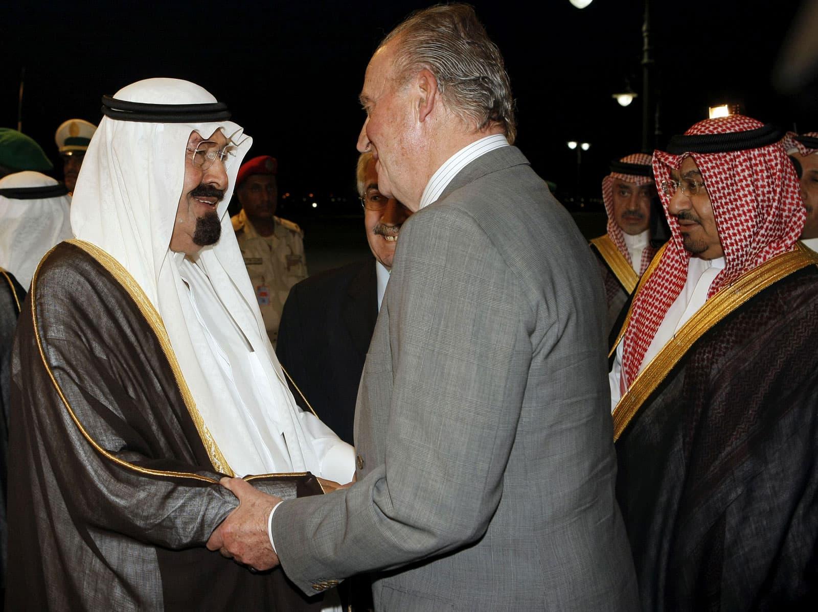 El rei d'Aràbia Abdalá bin Abdelaziz rep a Joan Carles I a l'aeroport de Jedà el 2008. Fotografia de Ballesteros/Efe