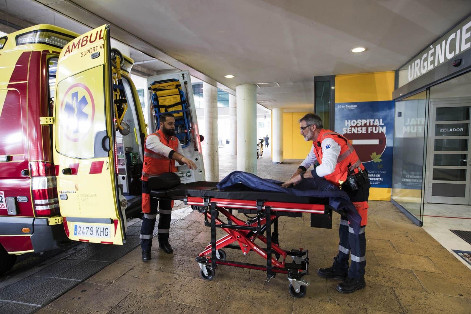 Trasllat d'un pacient que ha donat positiu en coronavirus a l'hospital Son Espases de Palma. Fotografia d'AFP.