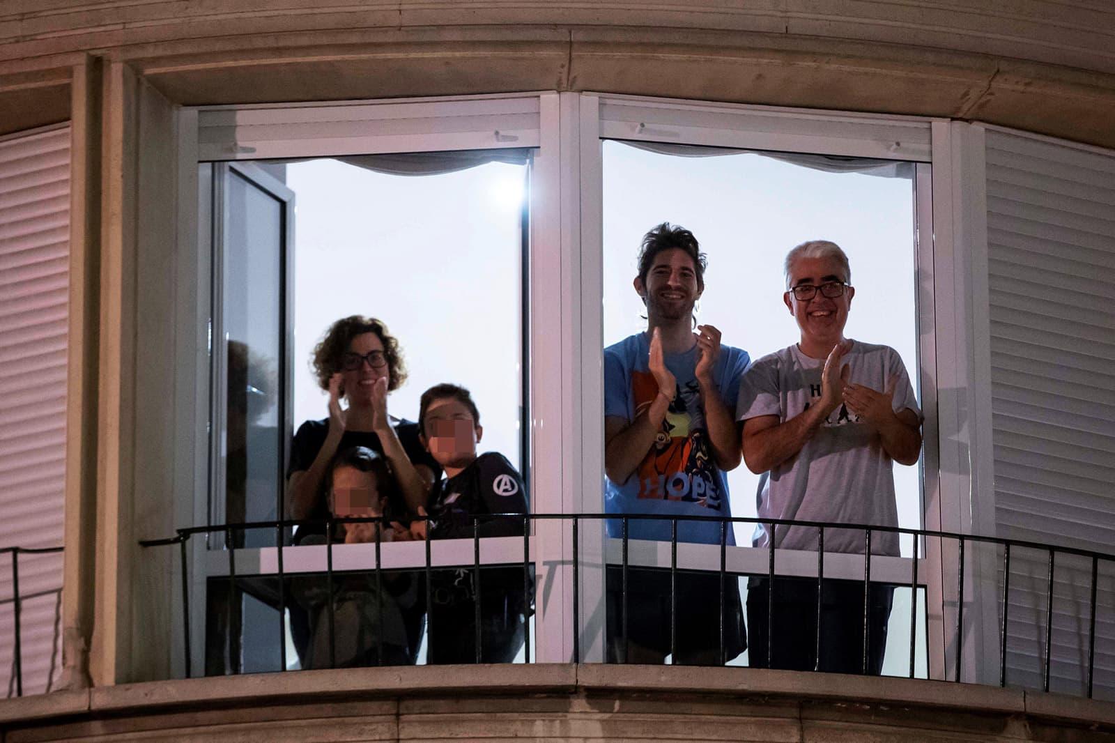 Una família confinada a Múrcia aplaudeix als sanitaris. Fotografia de Marcial Guillén/Efe