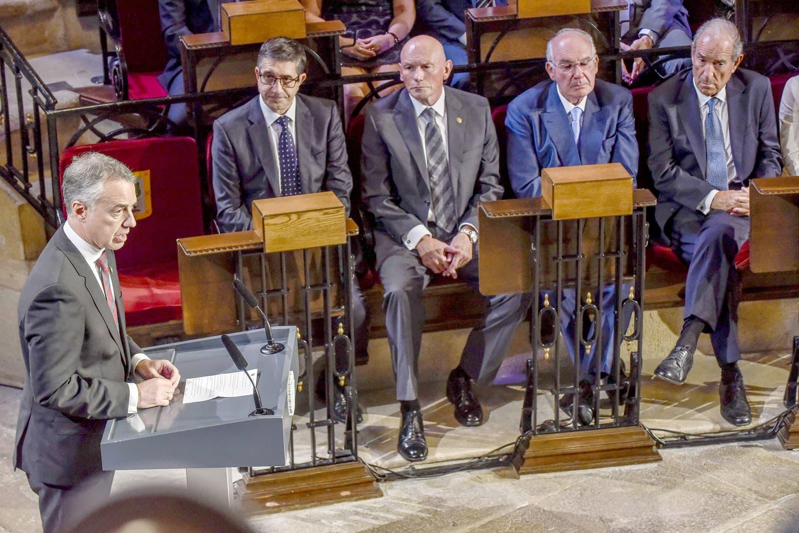 Els exlehendakaris López, Ibarretxe, Ardanza i Garaikoetxea escolten a Iñigo Urkullu durant la commemoració dels 80 anys de govern basc, el 2016. Fotografia de Miguel Toña. Efe