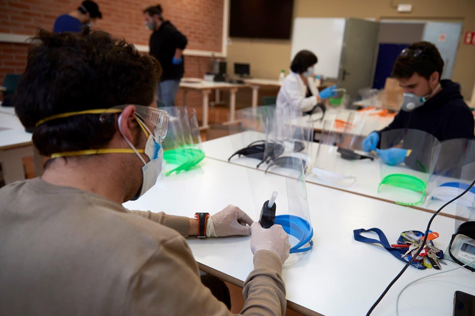 El col·lectiu Coronavirus Makers fabriquen màscares a Barcelona el 26 de març. Fotografia d'Alejandro García/Efe