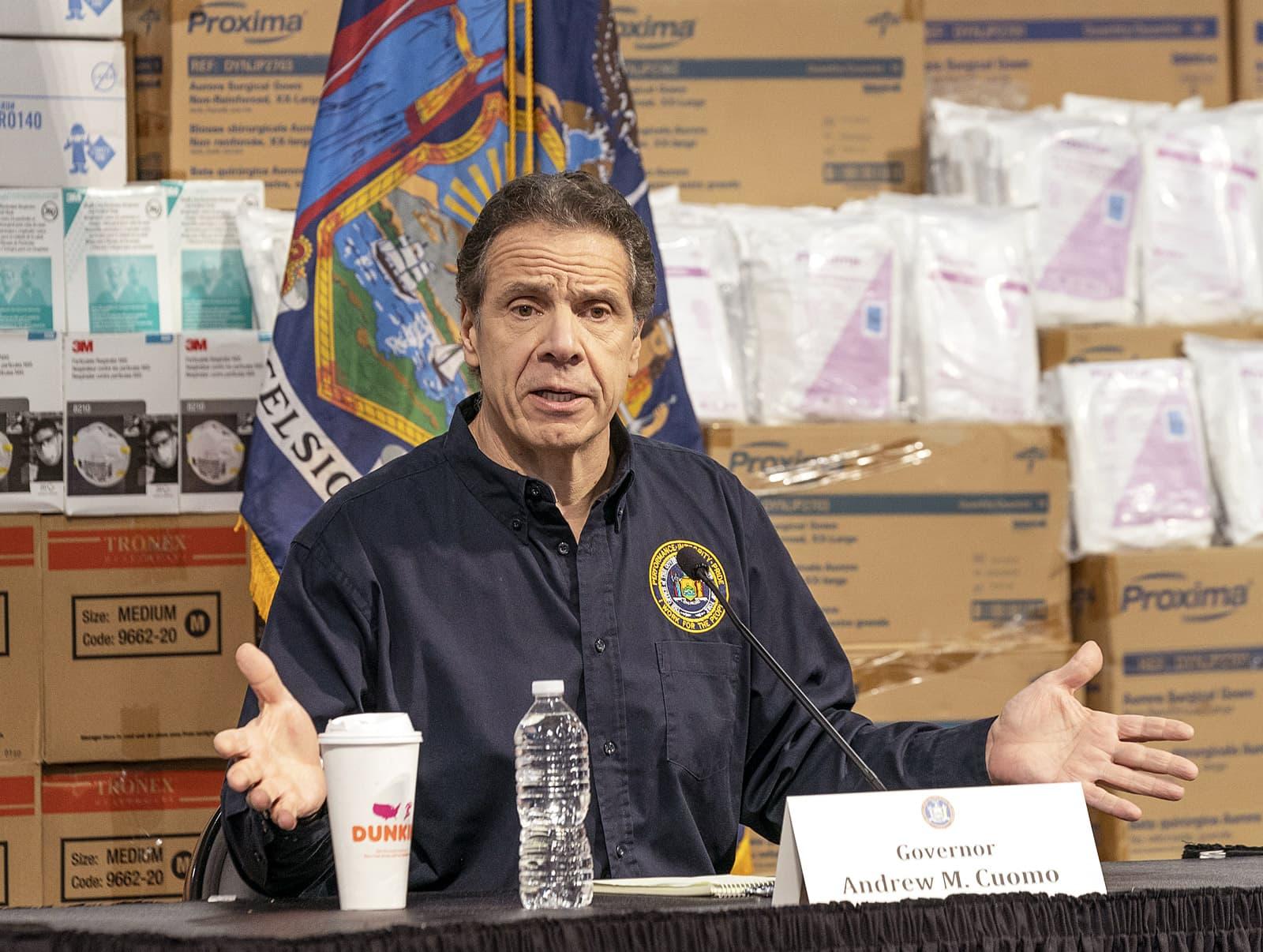 El governador de Nova York Andrew Cuomo en una conferència de premsa, durant la crisi del coronavirus, amb caixes de subministraments mèdics al darrere. Fotografia de Lev Radin Pacific Press Zuma Wire