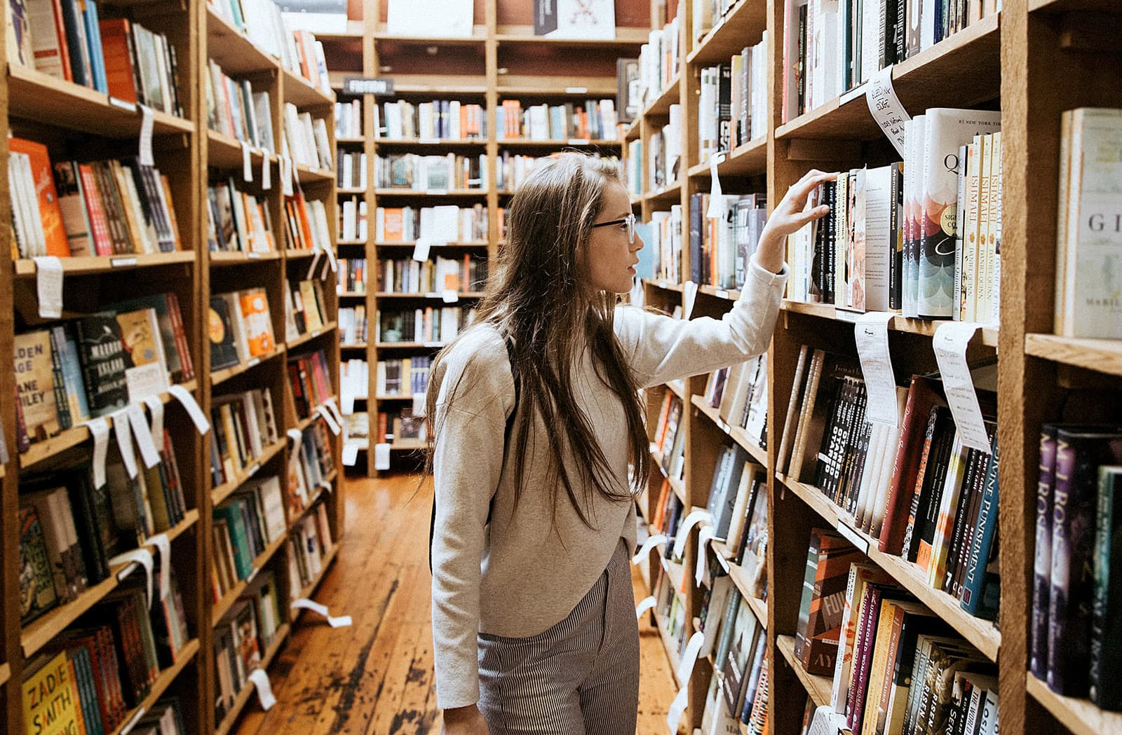 Biblioteca. Fotografia d'Unsplash. Becca Tapert