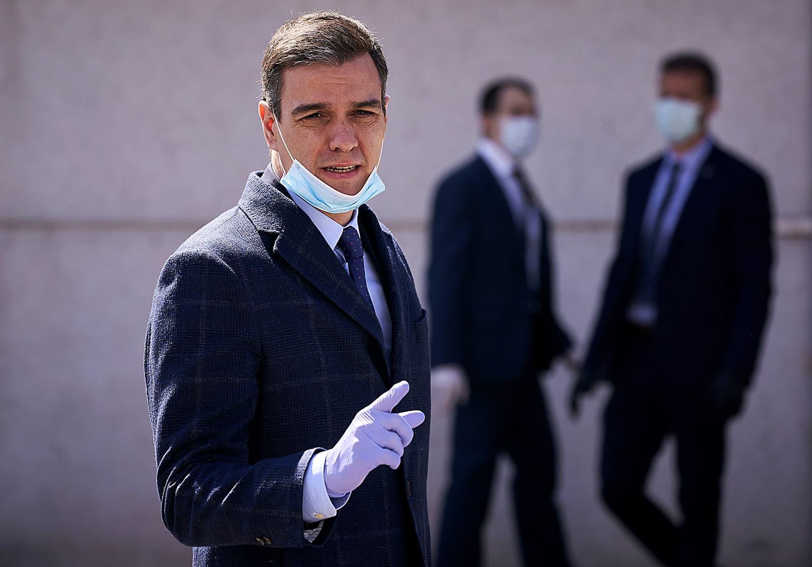 Pedro Sánchez amb mascareta i guants durant la visita a una empresa de productes sanitaris el 3 d'abril. Fotografia de Legan P. Mace/Sopa/Zuma Wire