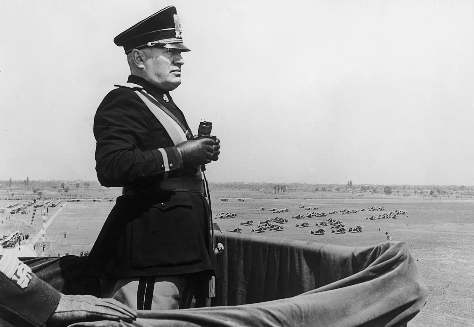 Benito Mussolini en una visita a l'aeroport de Turí el 1939. Fotografia de Keystone/Hulton/Getty