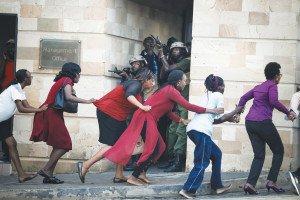 Un grup de dones evacuades durant l'assalt a un hotel de Nairobi. Finalista en Notícies. Fotografia de Dai Kurokawa.