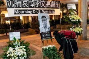 Homenatge al doctor Li Wenliang, el primer a alertar sobre el Coronavirus, el 7 de febrer a Hong Kong. Fotografia de Anthony Kwan/Getty Images