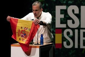 Ortega Smith desplega una bandera espanyola a un míting a Pamplona el passat febrer. Fotografia d'Iñaki Porto/Efe