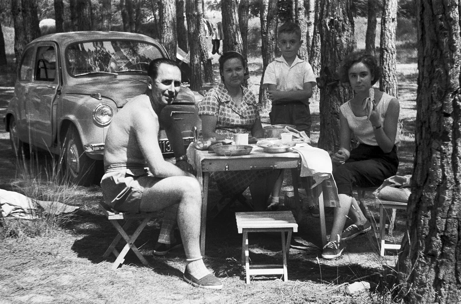 Imatge d'un dinar a la muntanya a finals del anys 60. Fotografia cedida per Seat
