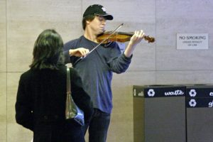 El violinista Joshua Bell tocant al metro de Washington, amb un Stradivarius valorat en 3,5milions de dòlars. Fotografia de Michael Williamson/The Washigton Post/Getty