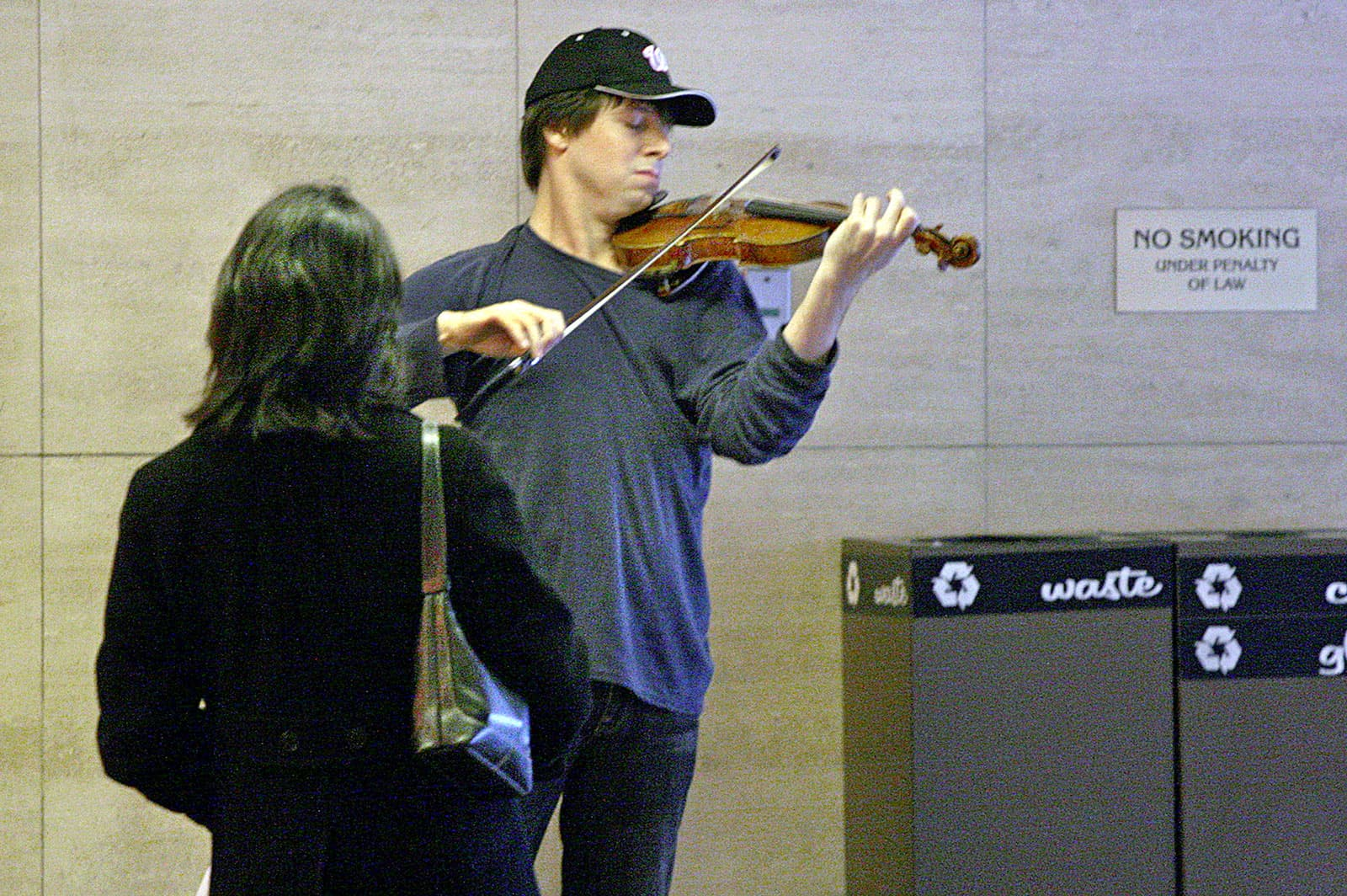 El violinista Joshua Bell tocant al metro de Washington, amb un Stradivarius valorat en 3,5milions de dòlars. Fotografia de Michael Williamson/The Washigton Post/Getty