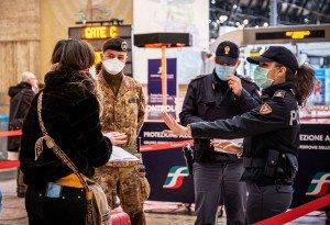 Policies i militars controlen els usuaris a l'estació central de Milà. Fotografia de Marco Passaro. Abacapress