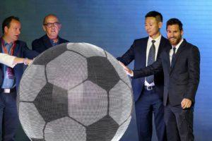 Jaume Roures, segon per l'esquerra, i Lionel Messi en un acte promocional de Mediapro i Phoenix a Beijing el 2017. Fotografia de Roman Pilipey/Efe