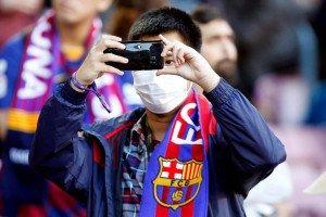 Un aficionat del FC Barcelona al Camp Nou durant el partit contra la Reial Societat el 7 de març. Fotografia de Quique García/Efe