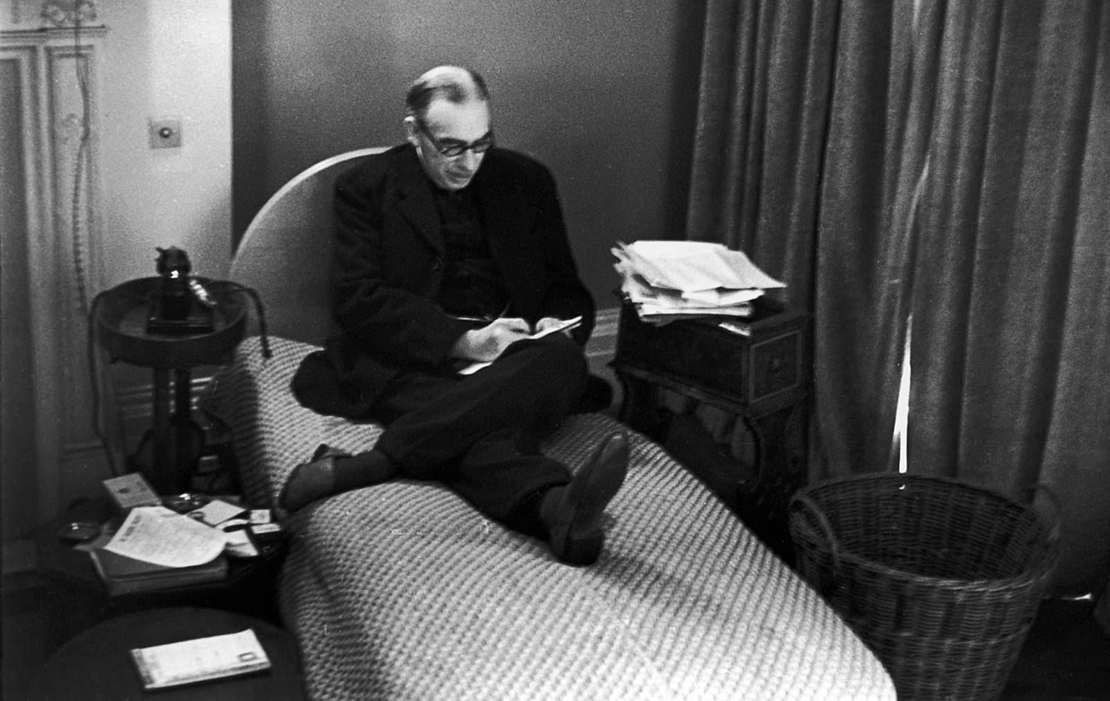 L'economista John Maynard Keynes (1883-1946) al seu despatx de Londres el 1940. Fotografia de Tim Gidal. Hulton. Getty Images.