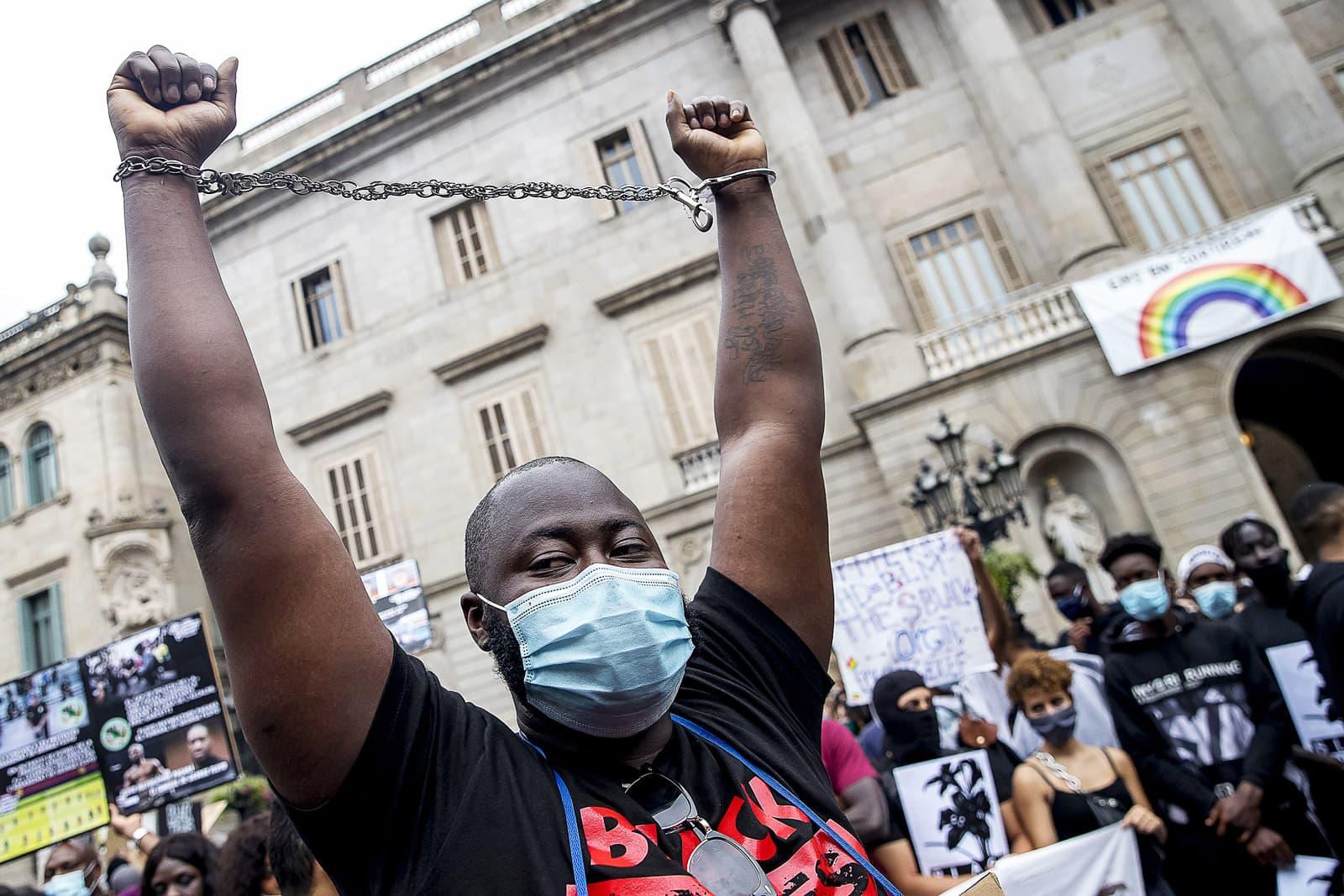 Manifestació a la plaça de Sant Jaume el 7 de juny per la mort de George Floyd. Fotografia d'Albert Llop. NurPhoto. Zuma Press