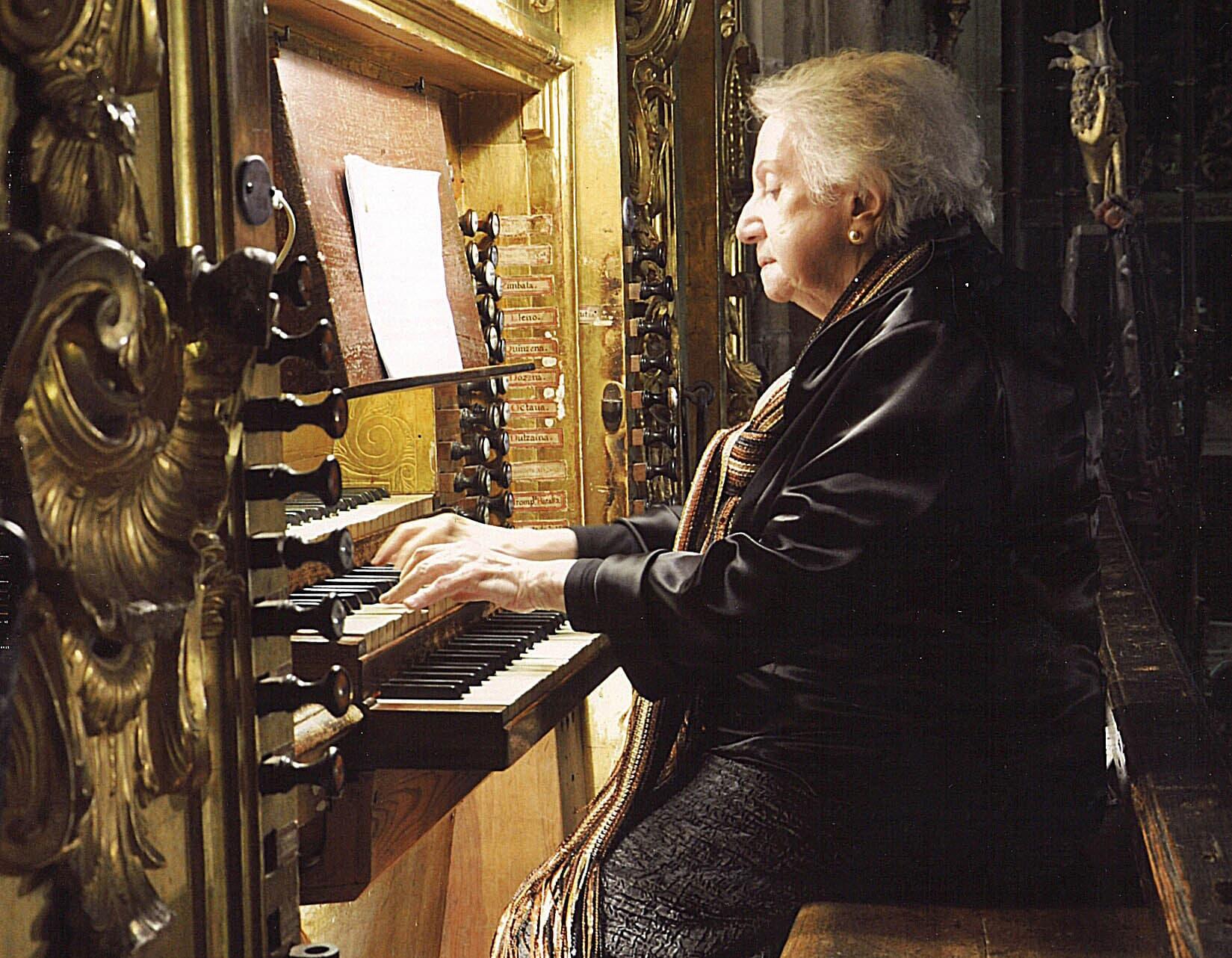 Montserrat Torrent tocant l'orgue. Fotografia del Centro Nacional de Difusión Musical
