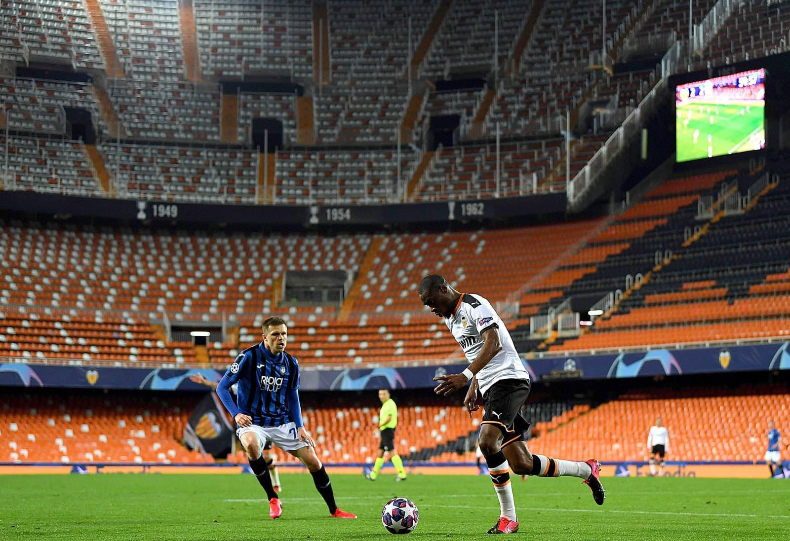 Partit de Champions League entre el València i l'Atalanta, a porta tancada per la crisi del coronavirus, el 20 de març, a Mestalla. En la foto, Ilicic, de l'equip italià, i Kondogbia, del València. Fotografia d'Efe. UEFA.