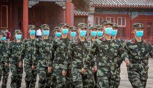 Soldats xinesos protegits amb mascaretes a la Ciutat Prohibida de Pequín el 20 de maig. Fotografia de Roman Pilipey. Efe