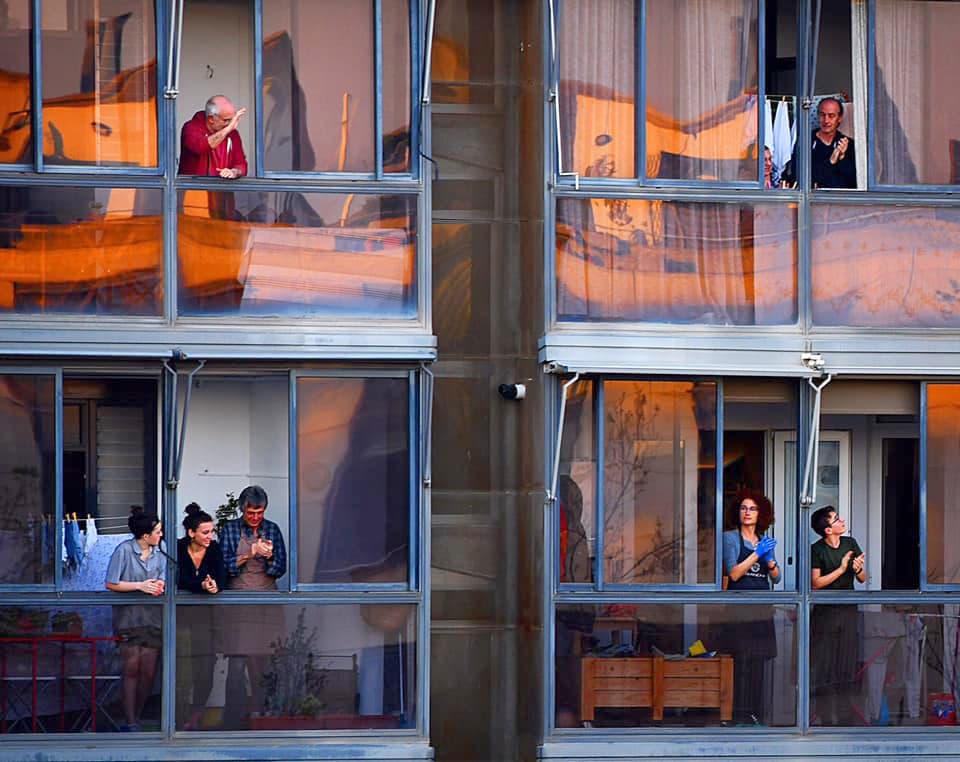 Veïns confinats al carrer Àlaba de Barcelona surten a aplaudir als sanitaris. Fotografia de Xavier Jubierre