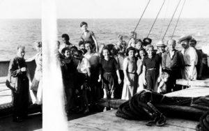 Un grup de refugiats europeus, que fugien dels nazis, a bord del vaixell Capitaine Paul Lemerle, l'any 1941. Fotografia del United States Holocaust Memorial Museum
