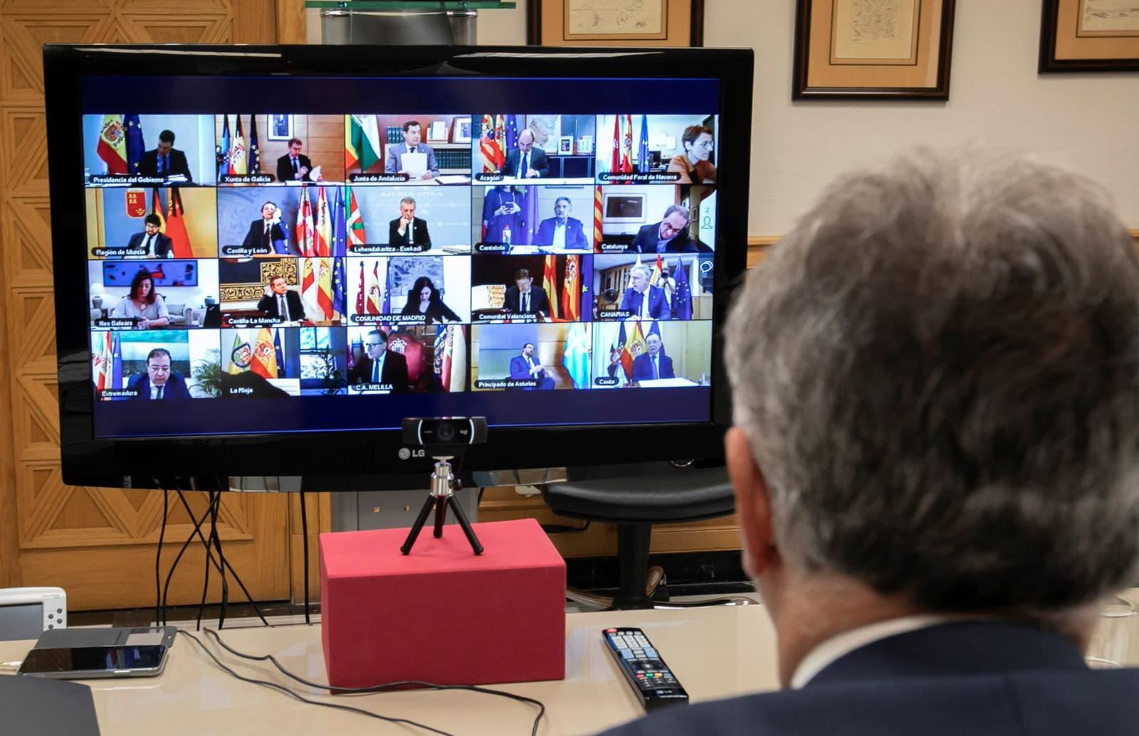 Pantalla amb tots els presidents autonòmics, el 3 de maig, presa des del despatx del president de Canàries. Fotografia de Quique Curbelo. Efe.
