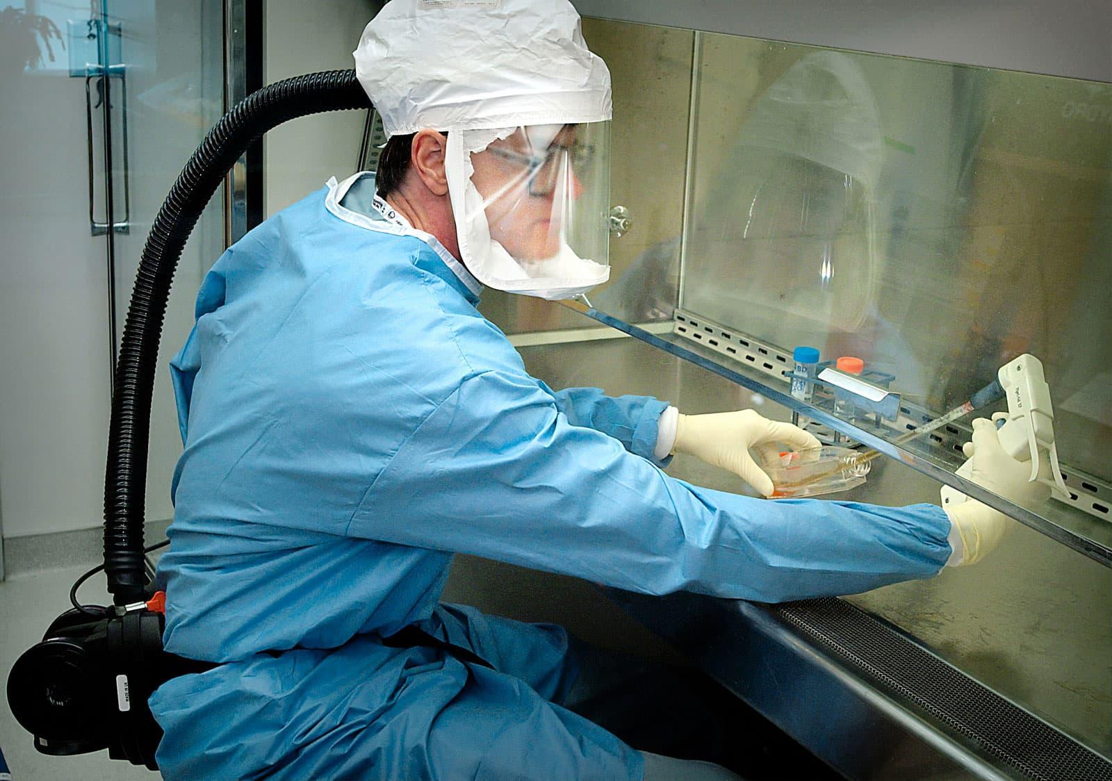 Un microbiólogo trabajando en la búsqueda de una vacuna en el Centro para el Control de Enfermedades (CDC) de Estados Unidos. Fotografía de CDC. Unsplash.