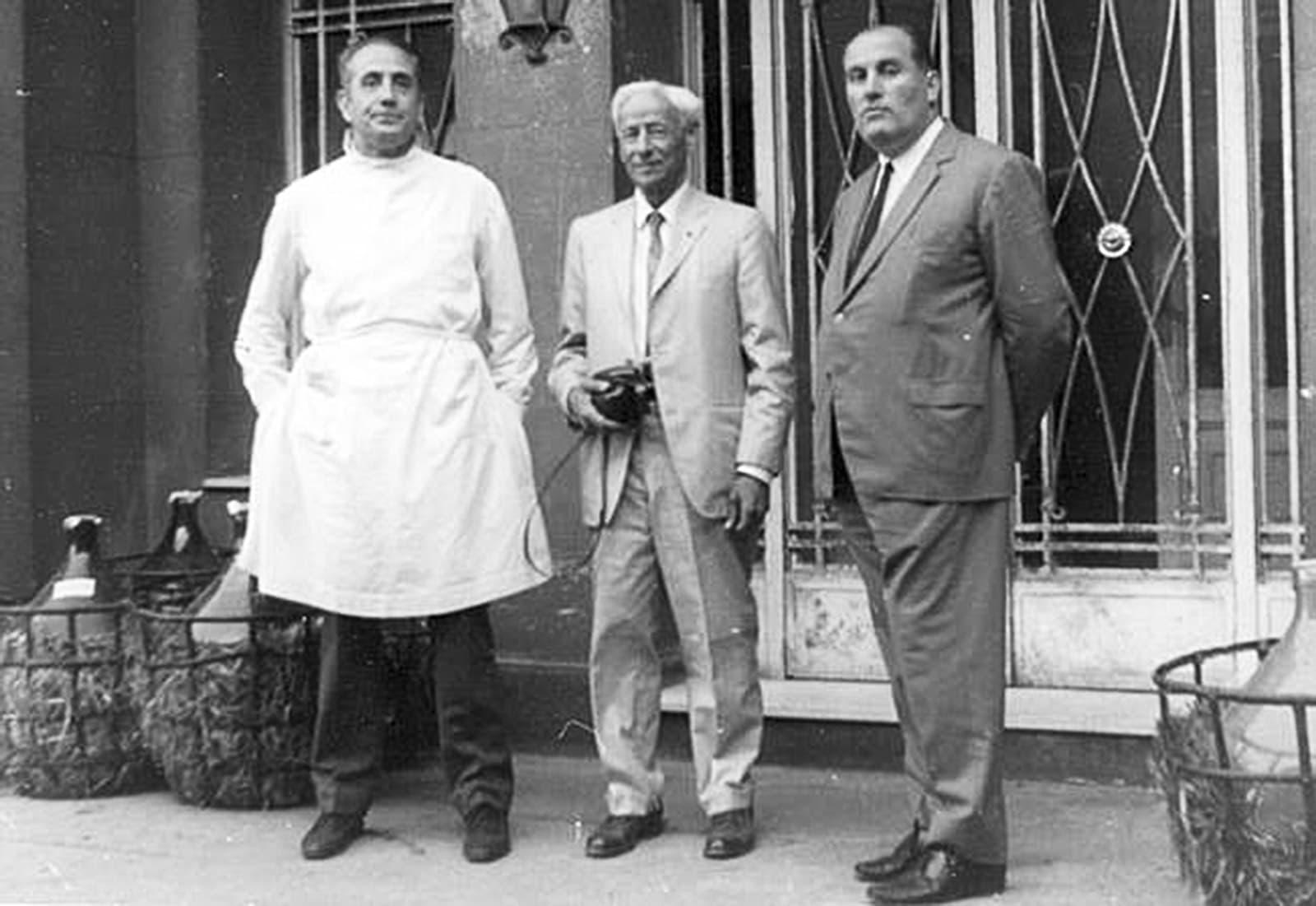 El doctor Alexander Fleming, al centre, visita l'hospital el 1948.