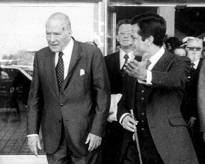 Josep Tarradellas rep a Adolfo Suárez a l'aeroport d'El Prat el 24 d'octubre del 1977, dia de la presa de possessió de Tarradellas com a President de la Generalitat. Fotografia d'Efe.
