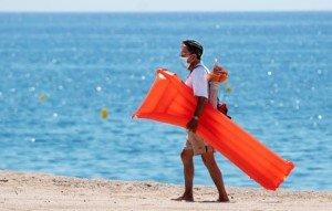Un home amb mascareta a la platja de Lloret de Mar el 22 de juny. Fotografia de Josep Lago. Getty Images.
