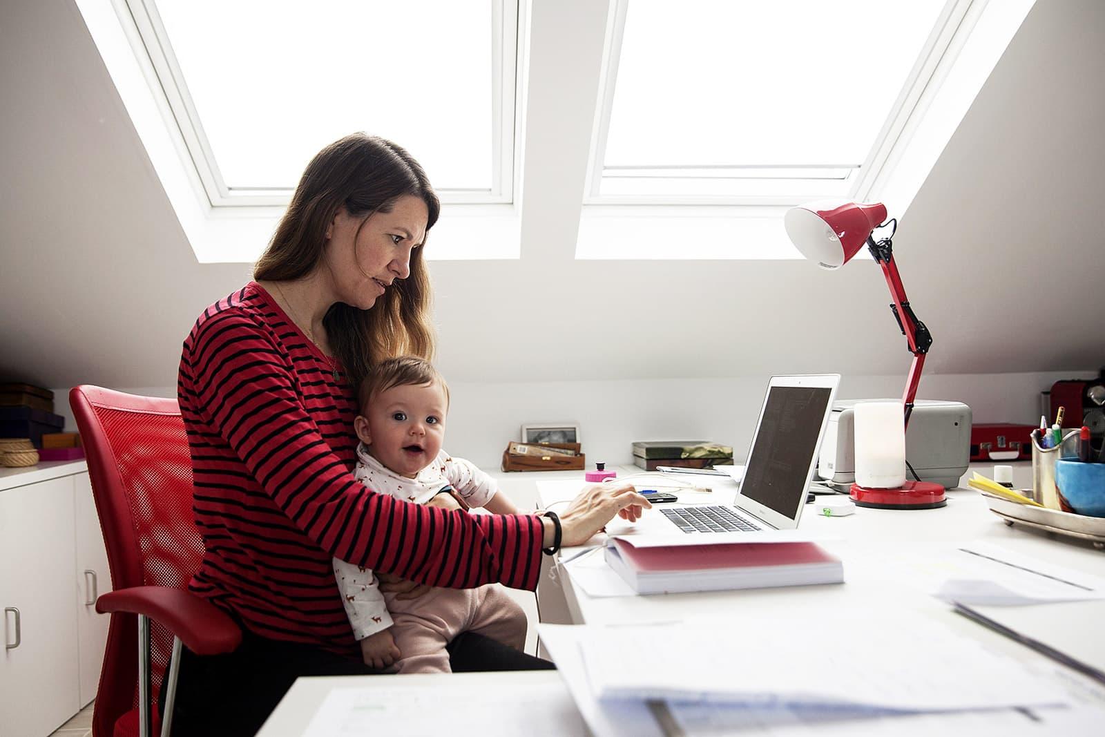 Una dona de Majadahonda, Madrid, treballa a casa durant el confinament en companyia de la seva filla de sis mesos. Fotografia de Miguel Pereira. Getty Images.