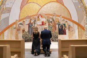 Donald i Melania Trump resant agenollats a la capella dels Misteris Lluminosos de Washington el 2 de juny. Fotografia de SMG. Zuma Wire.