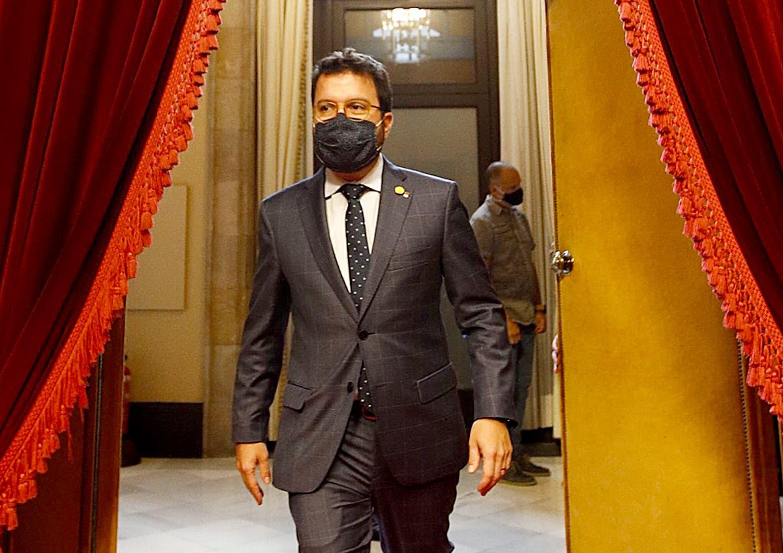 Pere Aragonès entrant a l'hemicicle del Parlament el 9 de setembre. Fotografia d'Alejandro Garcia. Efe.