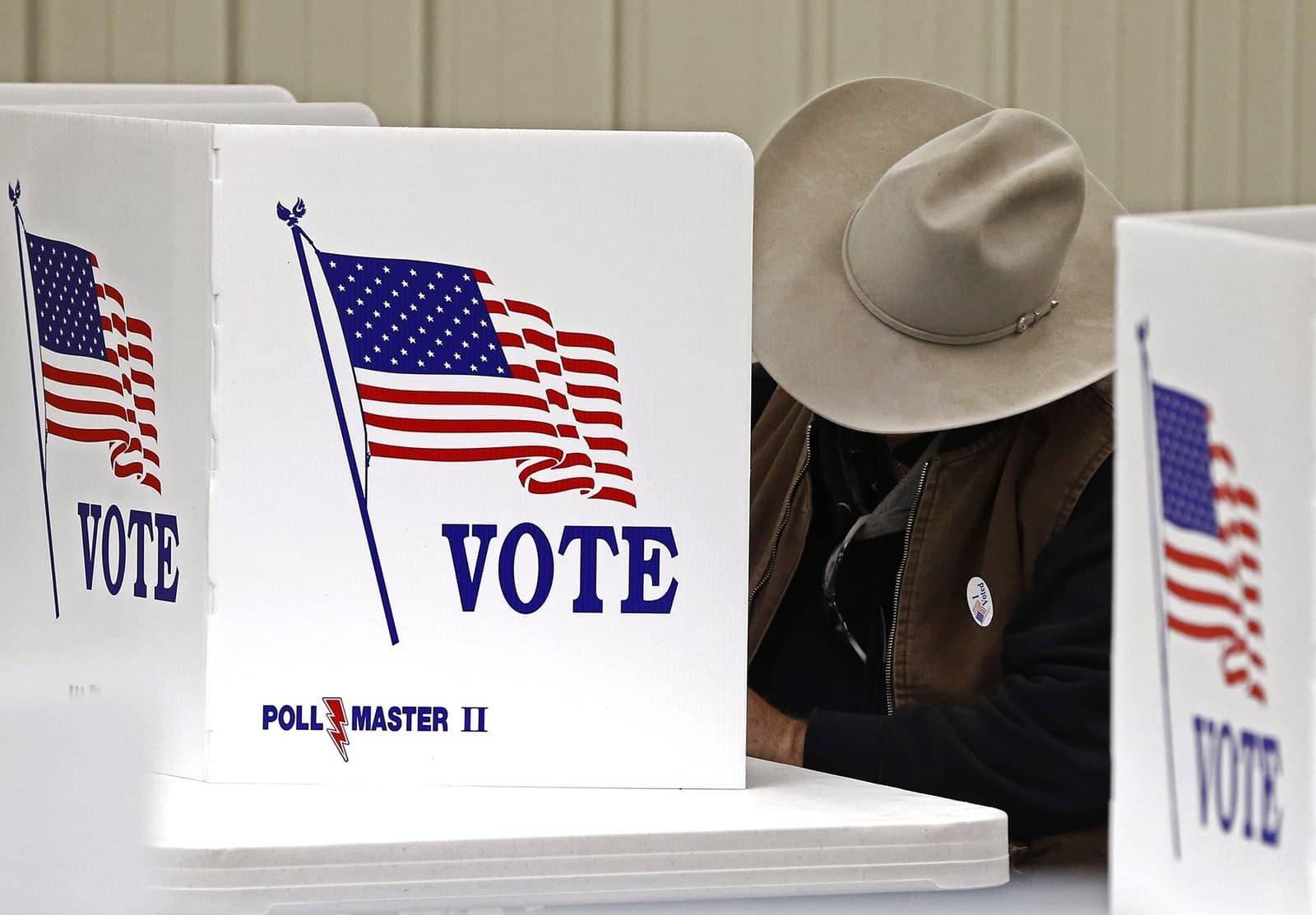 Un votant al col·legi electoral de Cottonwood Falls, Kansas, durant la jornada electoral del 2016. Fotografia de Larry W. Smith. EPA.