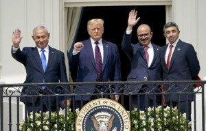 Benjamin Netanyahu, Donald Trump, el ministre d'afers exterior de Bahrain Abdulla bin Rashid Alzayani i el dels Emirats Àrabs, Abdullah bin Zayed, després de signar els acords d'Abraham el 15 de setembre a la Casa Blanca Fotografia de Chris Kleponis Efe