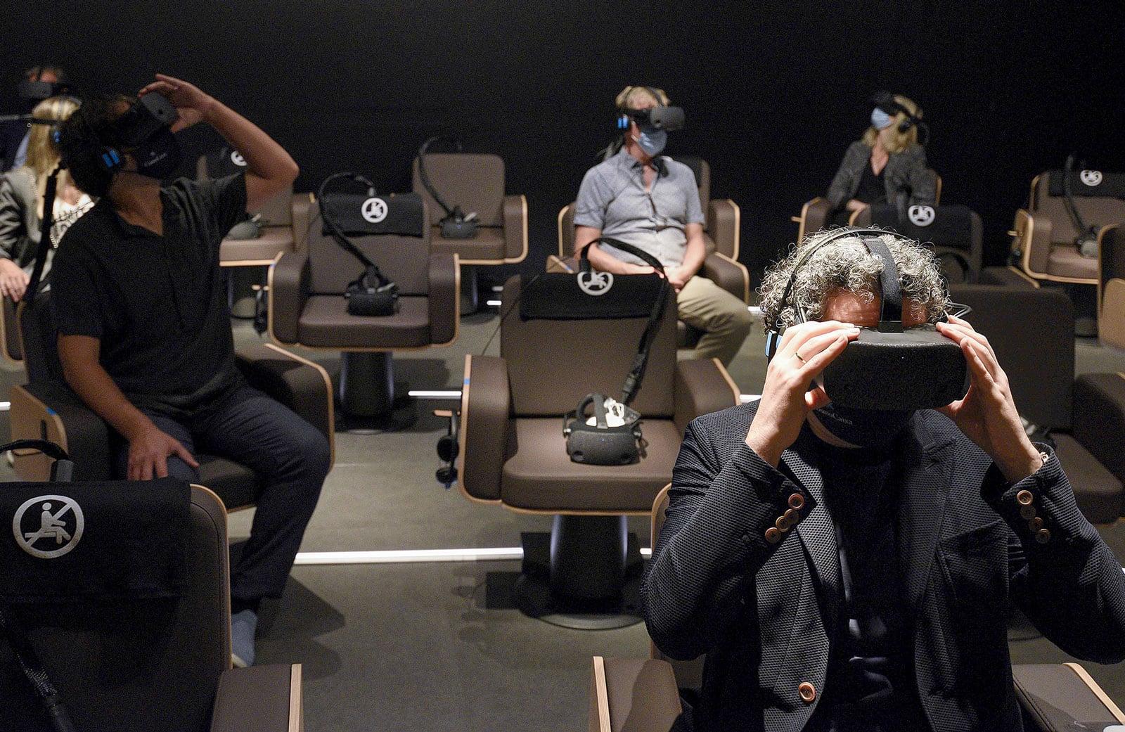 El director d'orquestra, Gustavo Dudamel, en el moment de visualitzar la pel·lícula de realitat virtual Symphony. Fotografia de David Campos.