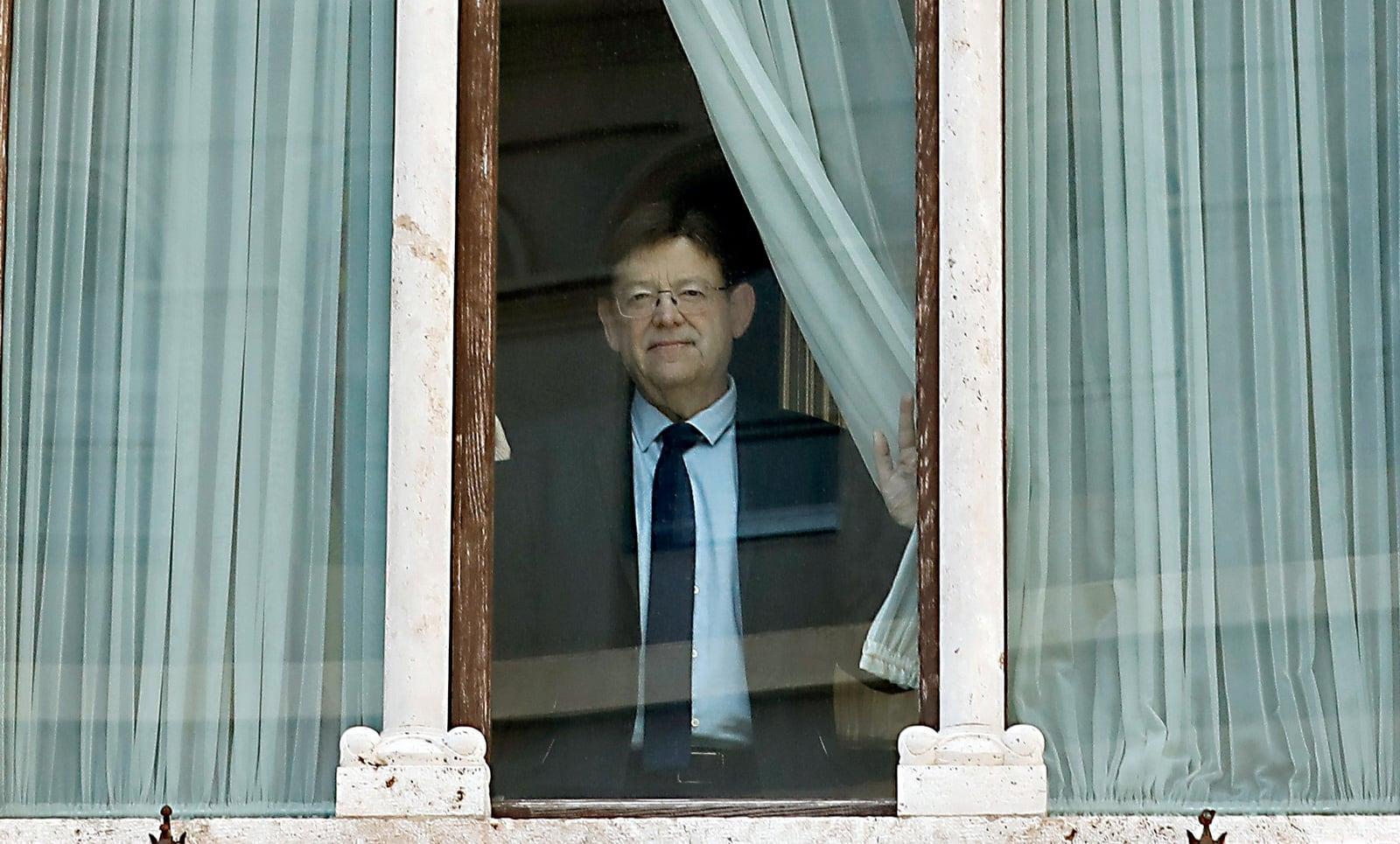 El president de la Generalitat Valenciana, Ximo Puig, a la finestra del seu despatx, el juny. Fotografia de Juan Carlos Cárdenas. Efe.
