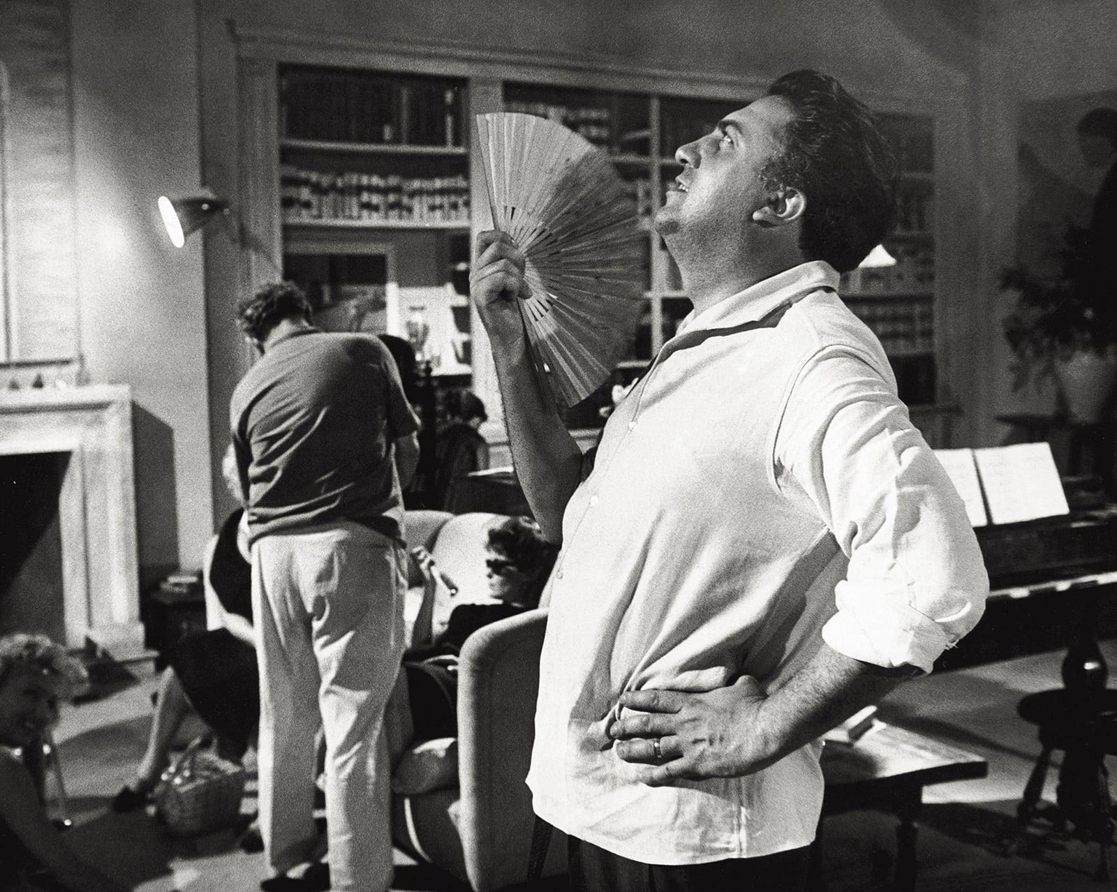 Federico Fellini en un descans del rodatge de La dolce vita, el 1959. Fotografia de Pierluigi Praturlon. Reporters Associati/Mondadori. Getty Images.