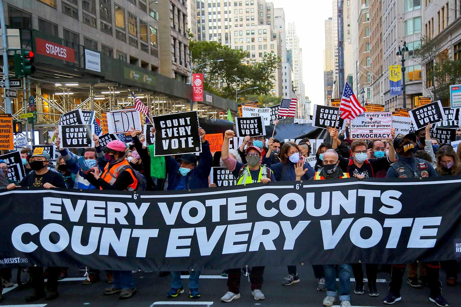 Manifestants, pels carrers de Nova York, amb el lema Cada vot compte, ahir. Fotografia d'Anik Rahman. Zuma Wire.