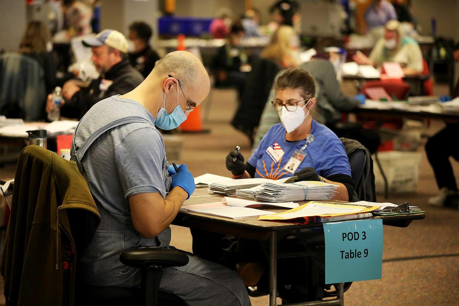 Recuento del voto enviado por correo a Milwaukee, Wisconsin. Fotografía de Pat A. Robinson. ZUMA Wire.