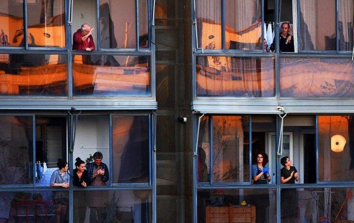 Veïns del carrer Àlaba de Barcelona aplaudeixen als sanitaris, al mes de març. Fotografia de Xavier Jubierre.