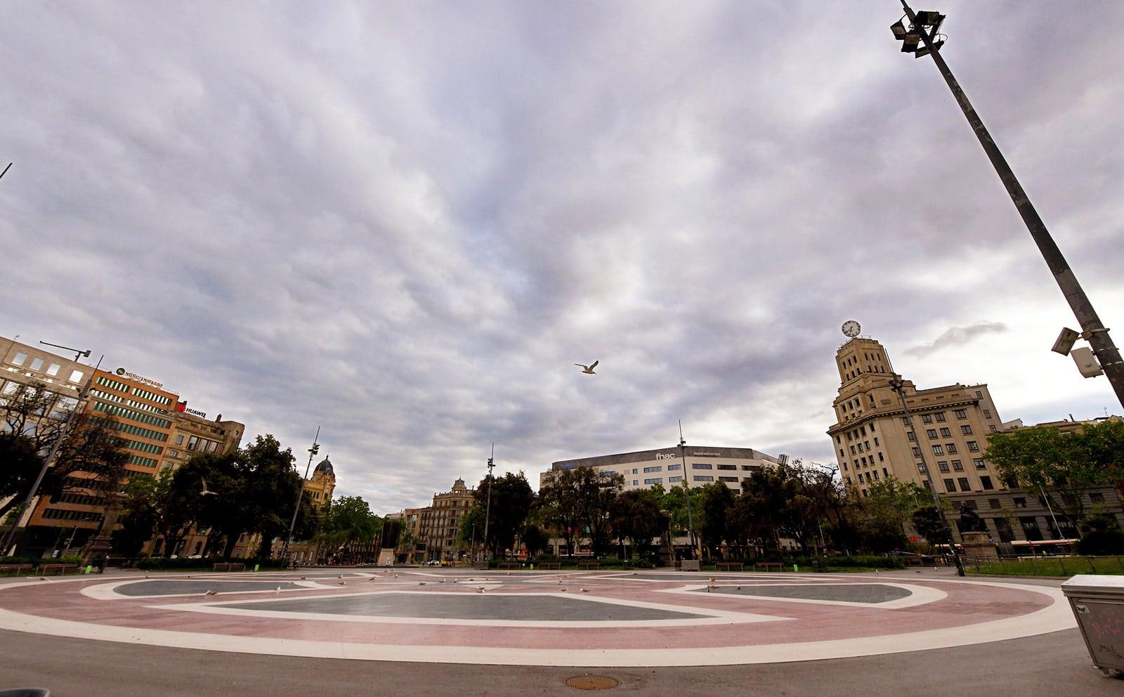 La plaça de Catalunya completament buida durant l'estricte confinament de la primavera passada. Fotografia de Xavier Jubierre.